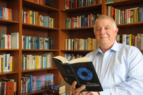 Ralf Flachsenberg in der Bibliothek. (Foto: Stadt Kreuztal)