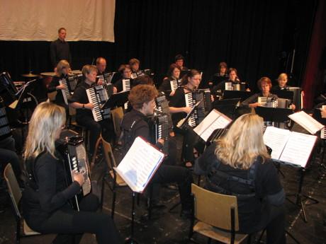 Umrahmt wird die Feierstunde vom Akkordeon-Orchester Ferndorftal-Wilden e. V. unter der Leitung von Jutta Schreiber-Menn. (Foto: Stadt)