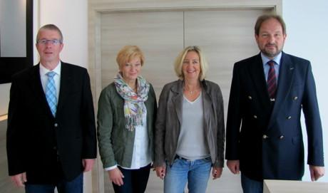 Meik Womelsdorf (BSW), Schulleiterin Doris Oster, Petra Wagener (beide Hauptschule Bad Berleburg) und Prokurist/Ausbildungsleiter Dirk Pöppel (BSW, v.l.n.r.) haben sich für die Unterzeichnung des Kooperationsvertrages zusammengesetzt. (Foto: BSW)