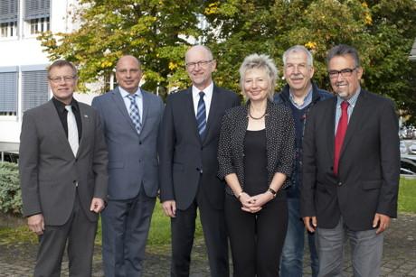 Von links: Regierungsvizepräsident Volker Milk, Guido Niermann (CDU-Fraktionsvorsitzender), Hermann-Josef Droege (Vorsitzender des Regionalrats), Regierungspräsidentin Diana Ewert, Werner Liedmann (stellv. Fraktionsvorsitzender der Fraktionsgemeinschaft FDP/Grüne) und Hans Walter Schneider (SPD-Fraktionsvorsitzender)