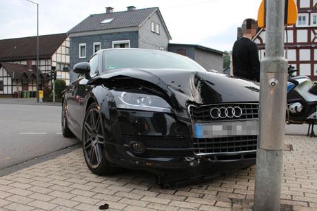2015_09-21_Vu_Audi TT_Dreis_Tiefenbach_Laternenmast (3)