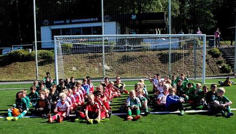 Das F-Jugendturnier gewann die U9-Mannschaft der Spielvereinigung, gefeiert haben im Anschluss aber alle Mannschaften ob ihrer tollen Leistungen.