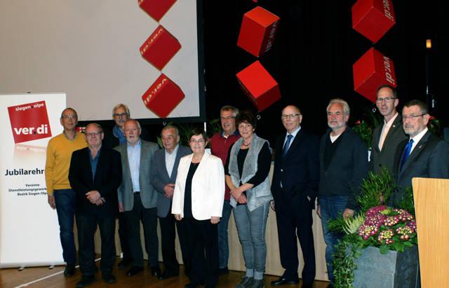 Von links: Hubert Groos, Richard Beuter (beide 25 Jahre), Jürgen Weiskirch (Bezirksgeschäftsführer), Heinz-Georg Fischbach (50), Heinz Peschke (65), Elke Fleßner (Bezirksvorsitzende), Klaus Brügger (40), Karin Starke (25), Dieter Barabas (60), Andreas Leidig (40), Matthias Marx (25) und Klaus Böhme (Vorsitzender des Bundesfachbereichsvorstandes Bildung, Wissenschaft und Forschung). (Foto: verdi)