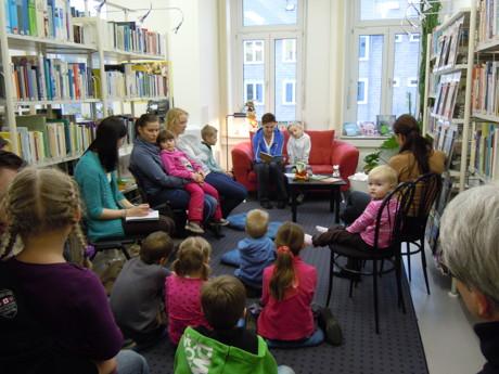 Lesepaten in der Stadtbücherei Bad Berleburg. (Foto: Stadt)
