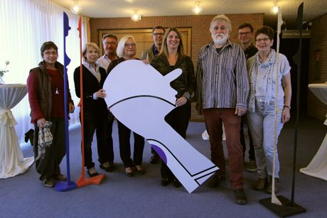 Im Wilnsdorfer Rathaus ist eine Ausstellung des in Wilnsdorf lebenden Künstlers Udo Makulla (3.v.r.), die am vergangenen Donnerstag eröffnet wurde. (Foto: Gemeinde Wilnsdorf)