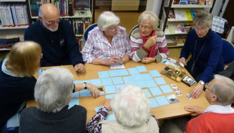 In geselliger Runde stellt Christa Kühn den spielfreudigen Büchereigästen neuartige Brett- und Gesellschaftsspiele vor. (Foto: Stadt Hilchenbach)