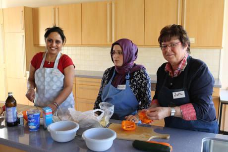 Bei der Zubereitung der leckeren Speisen arbeiten die Frauen aus unterschiedlichen Kulturkreisen Hand in Hand. (Fotos: Gemeinde Neunkirchen)
