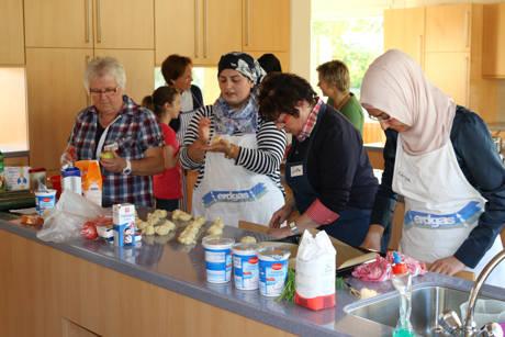 Die Freude am Backen und Kochen möchte die internationale Kochgruppe gern weitergeben. Aus diesem Grund wirkt sie an der Kinder&Jugend-Kulturwoche mit und lädt junge Hobbyköche und –köchinnen ab 8 Jahren zum Zubereiten türkischer Speisen ein.