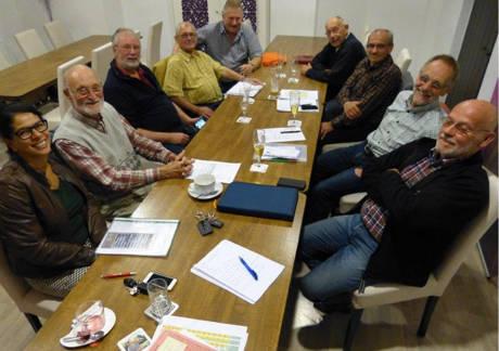 Das Team (Zwei Damen und zwei Herren fehlen), zu dem auch der Vereinsvorsitzende Wolf Meuche (zweiter von rechts) gehört, beim Oktobertreffen. (Fotos: Verein)