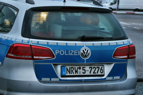 polizei sucht verkehrsrowdy in blauem vw passat. Black Bedroom Furniture Sets. Home Design Ideas