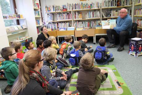 Auch gestandene Männer greifen gern zum Buch, bewies Armin Kring in der Wilnsdorfer Bibliothek. (Foto: Gemeinde Wilnsdorf)