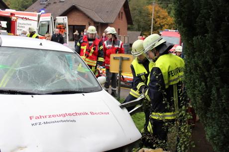 Mit schwerem hydraulischen Gerät wird die Person aus dem Fahrzeug gerettet.