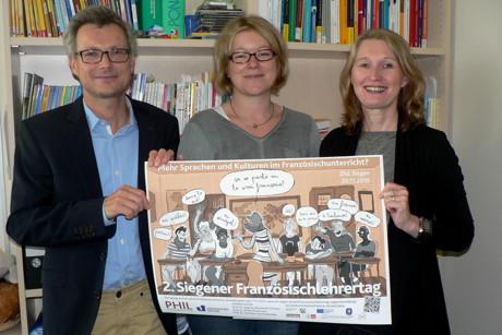 Prof. Dr. Dagmar Abendroth-Timmer, Prof. Dr. Britta Thörle und Prof. Dr. Christian von Tschilschke veranstalten den 2. Siegener Französischlehrertag. Das Plakat dazu hat der Schüler Jonathan Schmitz gezeichnet. (Foto: Uni)
