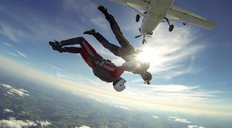 Brüder, zur Sonne, zum Freifall: Magische Augenblicke, aber vom Boden aus nicht zu sehen. Da muss schon ein Skydive-Paparazzi mit von der Partie und ganz dicht am Motiv sein. (Fotos: Michael Wagner)