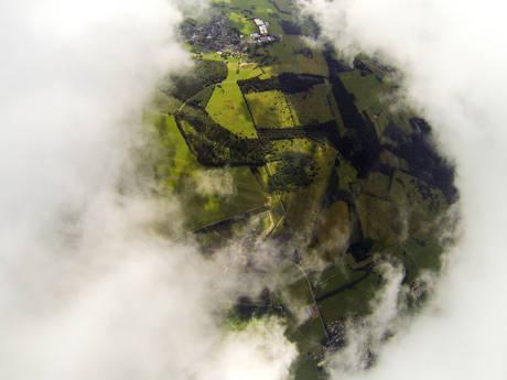 The Hole: Ein Wolkenloch am Westerwälder Himmel. Die Start- und Landebahn des Breitscheider Flugplatzes ist schemenhaft zu erkennen.