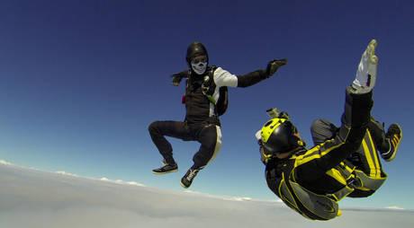 """Das Grinsen von """"Mr. Death"""" wirkt irgendwie aufgesetzt. Maskeraden-Spaß in 4.000 Metern Höhe."""
