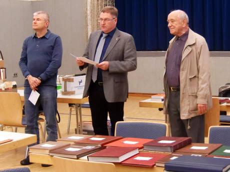 Während der Eröffnungsrede von Netphens Bürgermeister Paul Wagener (Mitte), eingerahmt von den Vereinsvorsitzenden Wilfried Lerchstein aus Netphen (links) und Dr. Manfred Wagner aus Siegen (rechts). (Foto: Manfred Heide)