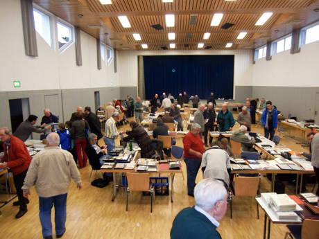 Tausch und Plausch in der gut gefüllten Georg-Heimann-Halle in Netphen. (Foto: Manfred Heide)