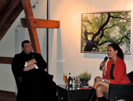 Pater Reinald und WDR-Moderation Anne Willmes. (Foto: Landesbetrieb)