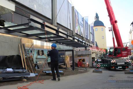 19 Meter lang und vier Tonnen schwer ist der Stahlträger für den neuen Karstadt-Steg, der jetzt mithilfe eines Autokrans eingebaut wurde. (Foto: Stadt Siegen)