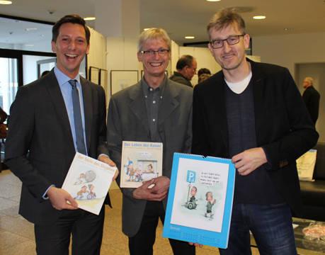Ausstellungseröffnung mit Philipp Hubbe (r.), Landrat Andreas Müller (l.) und Martin Schneider, Vertrauensperson für Schwerbehinderte. (Foto: Kreis Siegen-Wittgenstein)