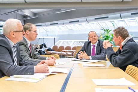 DHV-Präsident Prof. Dr. Bernhard Kempen (2. v. r.) im Gespräch mit Kanzler Ulf Richter, Helge Hartmann (l./Dezernat 4) und Rektor Prof. Dr. Holger Burckhart (r.). (Foto: Uni)