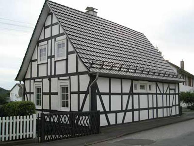 Das Haus mit dem seinerzeit letzten Strohdach präsentiert sich noch heute als ausgesprochen schmuckes Wohnhaus