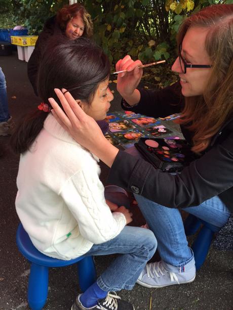 Auch beim Kinderschminken durch die Mitarbeiter der AWO haben Flüchtlingskinder jede Menge Spaß.