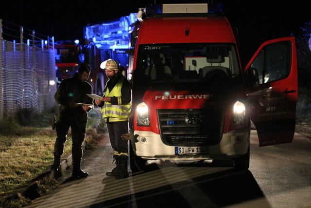 Einsatzkräften Ortskunde mit auf den Weg geben. Einweisung der Feuerwehr durch den Offizier vom Wachdienst (OvWa). (Foto: Daniel Heinen)