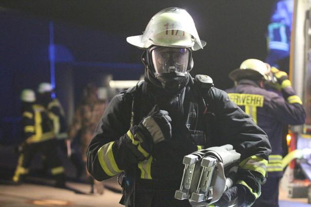 Respekt vor der Leistung der Rettungskräfte! Voll bepackt werden unter widrigen Bedingungen auch noch Verletzte aus dem Gefahrenbereich getragen. (Foto: Daniel Heinen)