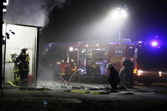 Die Einsatzkräfte der Erndtebrücker Feuerwehr verschaffen sich Zugang zum völlig verrauchten Radargebäude. (Foto: Peter Hanke)