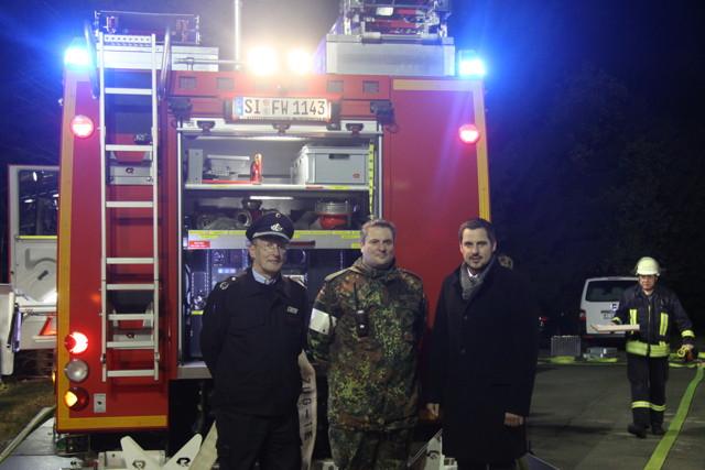 Interessierte Beobachter, (v. l.) Feuerwehr-Chef Karl-Friedrich Müller, Sicherheitsbeauftragter Hauptmann Frank Klein und Bürgermeister Henning Gronau. (Foto: Peter Hanke)