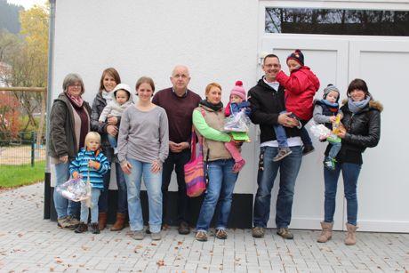 Auf dem Foto sind die drei Siegerkinder mit Familien und Vertreter des Kindergartens sowie des Heimat- und Bürgervereins zu sehen. (Foto: Heimat- und Bürgerverein Wilden)
