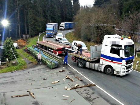 2015-11-16_Altenteich_B62_Schwertransport verliert 30Tonnen schwere Ladung_Foto_privat