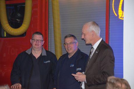 v.l. Markus Schwarze (Löschzugführer), Thomas Heuschkel (Vorsitzender Förderverein), Christoph Ewers (Bürgermeister)