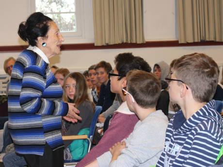 Alisa Tennenbaum sprach beim Studientag im Kulturhaus Lÿz vor Realschülern und Auszubildenden der Kreisverwaltung.