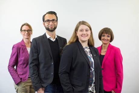Dr. Bettina Wolf (r), Vorsitzende der Geschäftsführung und Bereichsleiterin Simone Stuhrmann (l) stellen die beiden Vertriebsmitarbeiter der Arbeitsagentur Tim Klein und Maria Romano vor. (Foto: Sabrina Voss)