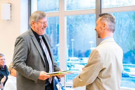 Werner Reinhardt (l.) und Christian Hausknecht, Dezernent Bibliotheksbenutzung und langjähriger Kollege.