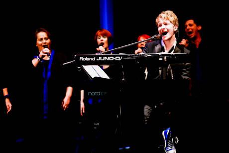 v.l.: Paul Falk als Solist und das Vokalensemble TonArt (Foto: René Achenbach)