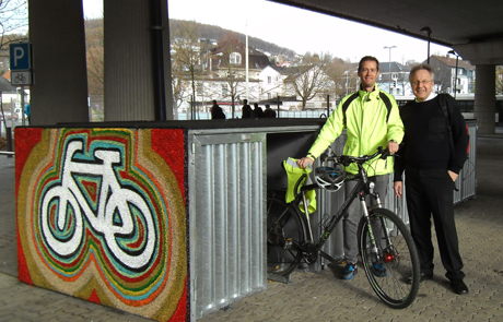 Der Fahrradbeauftragte der Stadt Siegen, Felix Hammerschmidt, und Matthias Merzhäuser vom ADFC Siegen-Wittgenstein testen die neue Fahrrad-Parkmöglichkeit.