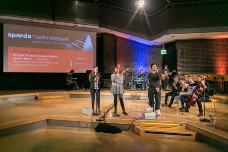 Klassik mit Rock und HipHop: Auf der Bühne präsentierten die Jugendlichen der Fritz-Busch-Musikschule und der BlueBox das Ergebnis ihres Projekts. Fotocredit: Stiftung der Sparda-Bank West/Falco Peters