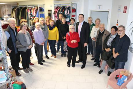 Bürgermeister Bernhard Baumann bedankte sich bei Hannelore Marquardt und ihrem fleißigen Team für ihr großes Engagement beim Aufbau der Kleiderkammer. (Foto: Gemeinde Neunkirchen)