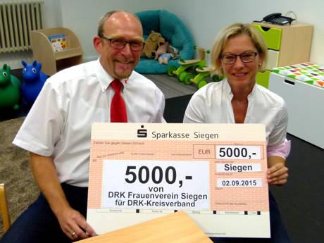 Die Vorsitzende des DRK-Frauenvereins Siegen, Sylvia Schürg (r.), überreichte an Kreisgeschäftsführer Ralf Henze (l.) einen Scheck über 5.000 Euro. (Foto: DRK)
