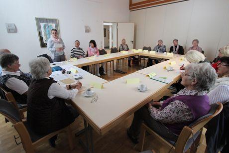 Ein gelungener Kursabschluss: Jutta Schmidt (stehend) von der Wilnsdorfer Senioren-Service-Stelle freute sich über das positive Fazit der Teilnehmer. (Foto: Gemeinde Wilnsdorf)