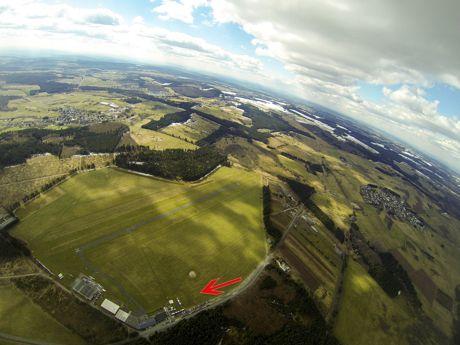 """Der Breitscheider Verkehrsflugplatz aus nord-östlicher Richtung. Der Pfeil markiert den Bereich, in dem das neue Sportzentrum von """"Skydive Westerwald"""" entstehen soll. (Foto: Michael Wagner)"""