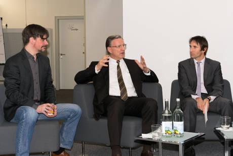 Sparkassen-Vorstand Harald Peter (M.) in der Diskussion mit Martin Gaedt (l.) und Moderator Prof. Dr. Christoph Strünck. (Fotos: Uni)