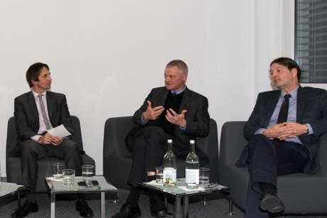 IHK-Hauptgeschäftsführer Klaus Gräbener (M.) bezog klar Position. Links Moderator Prof. Dr. Christoph Strünck (l.), rechts Frank Luschei