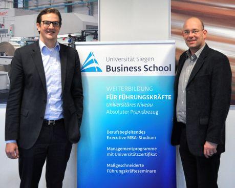 André Barten (links), Geschäftsführer von Achenbach Buschhütten und Prof. Dr. Volker Stein, Vorstand der Universität Siegen Business School. (Foto: Uni)