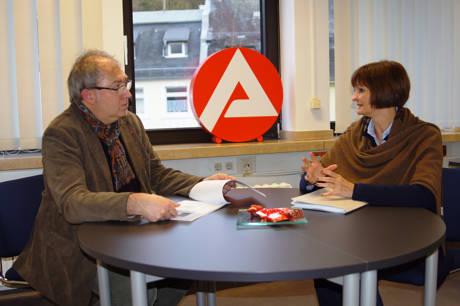 Ingo Degenhardt informiert sich bei Dr. Bettina Wolf über den Arbeitsmarkt. (Foto: Agentur für Arbeit)