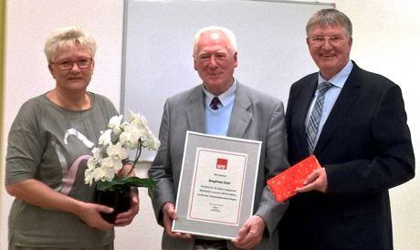 Siegfried Köhl (m.) wurde anlässlich seines diesjährigen 80. Geburtstags für 40 Jahre kommunalpolitische Tätigkeit vom Vorsitzenden der SPD-Fraktion im Rat der Universitätsstadt Siegen, Detlef Rujanski, und seiner Stellvertreterin Angelika Flohren ausgezeichnet. (Foto: SPD)